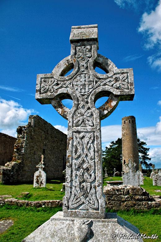Kreuz und Turm in Clonmacnoise