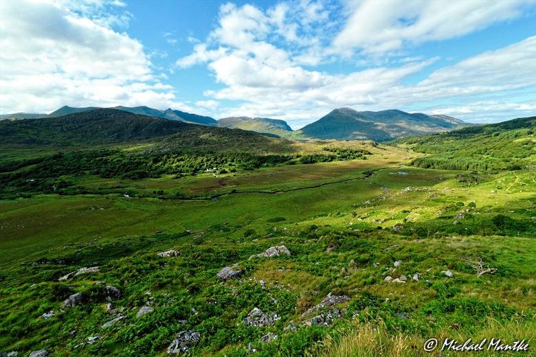 Weitwinkel Aufnahme: Irlands grüne Landschaft