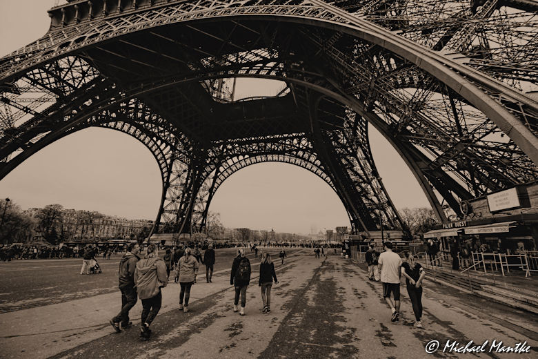 Weitwinkel Aufnahme: Unter dem Eiffelturm, Paris
