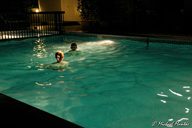 Nacht Baden im Hotel Pool in Dubai