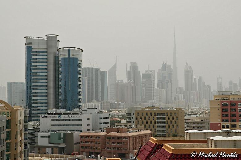 Skyline von Dubai bei trübem Wetter