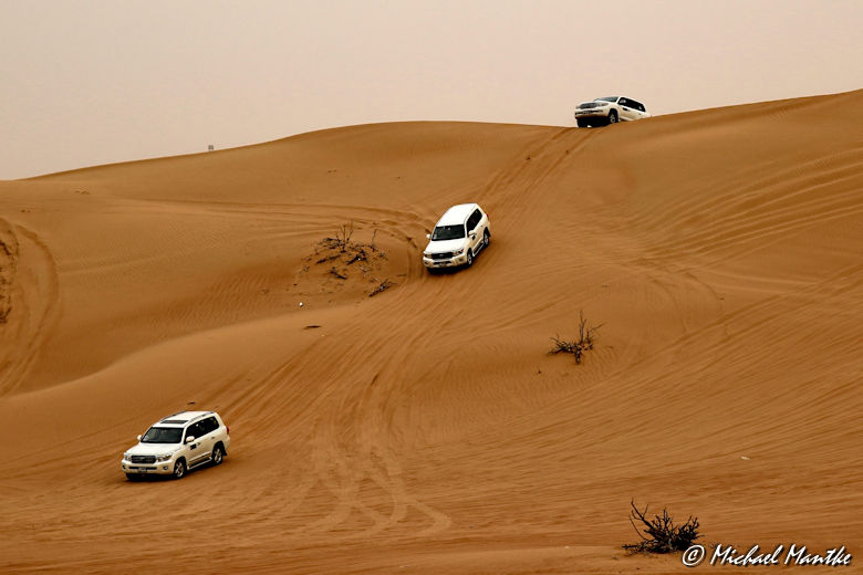 Dubai Wüstensafari Autos in Dünen