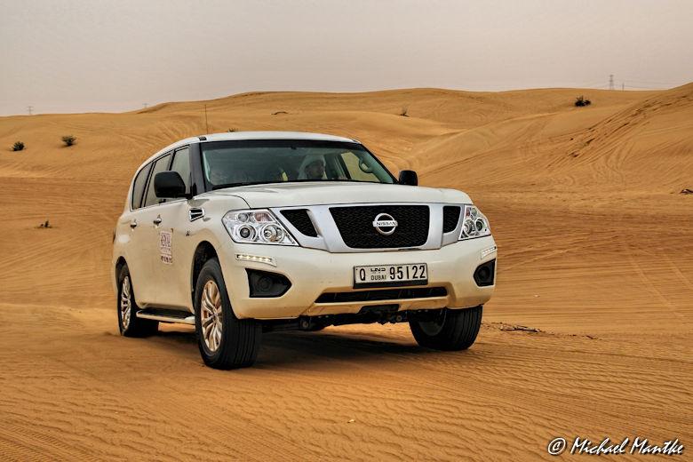 Dubai Wüstensafari weißer Geländewagen in Wüste