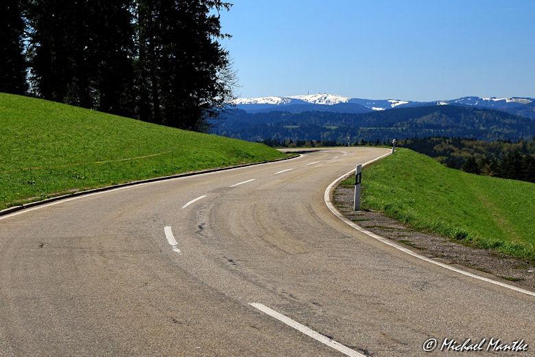 Straße nach St. Märgen mit Blick auf Feldberg