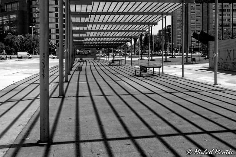 SW Bild vom Platz vor dem Bahnhof Barcelona-Sants