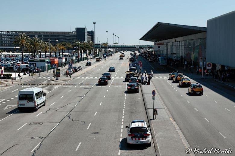 Blick auf Flughafen Barcelona mit Terminals rechter Hand
