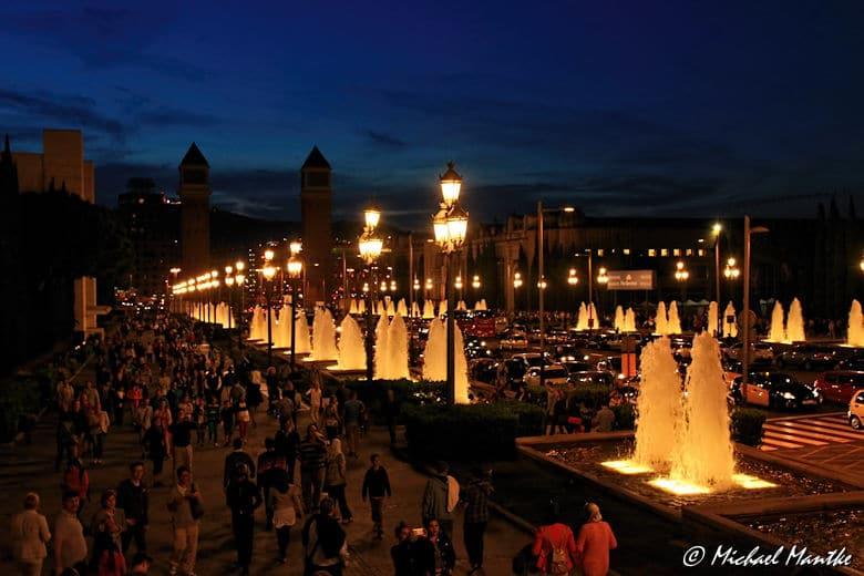 Strasse zum Font Magica in Barcelona bei Nacht