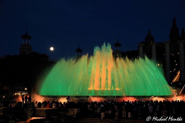 Barcelona Font Magica beleuchteter Springbrunnen mit Vollmond