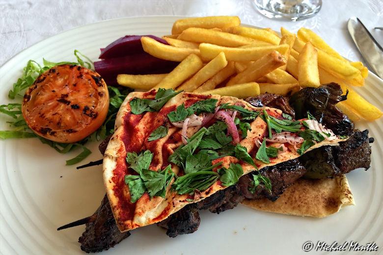 Fujairah Sandy Beach Ressort Mittag Pizza Pommes Fleischspiess