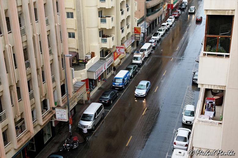 Dubai im Regen Blick auf die Strasse