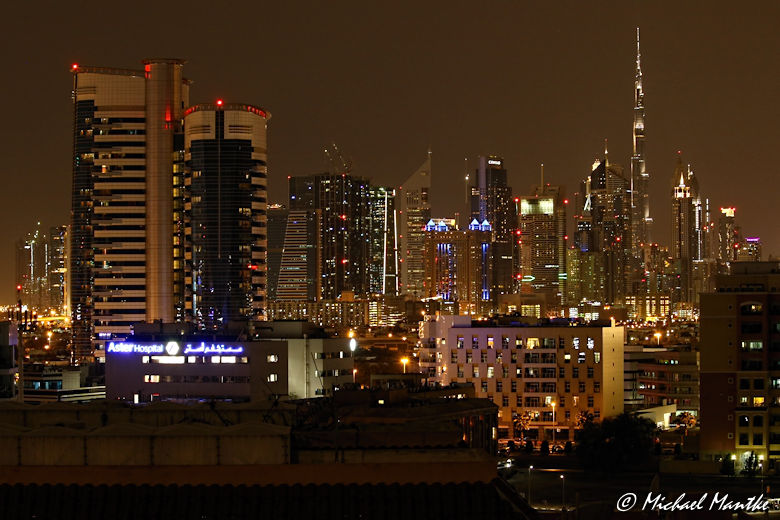 Dubai Skyline bei Nacht mit Burj Khalifa