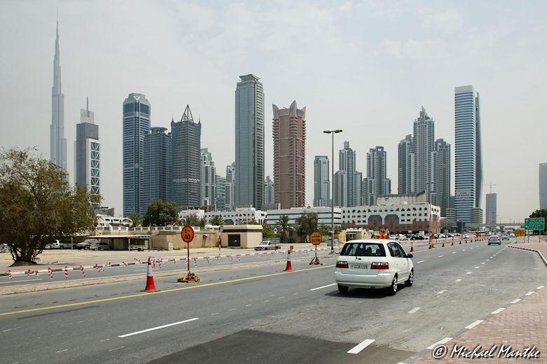 In den Strassen von Dubai mit Skyline