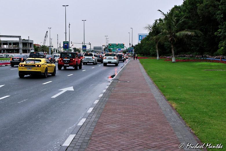 Dubai Strasse mit Autos am Abend