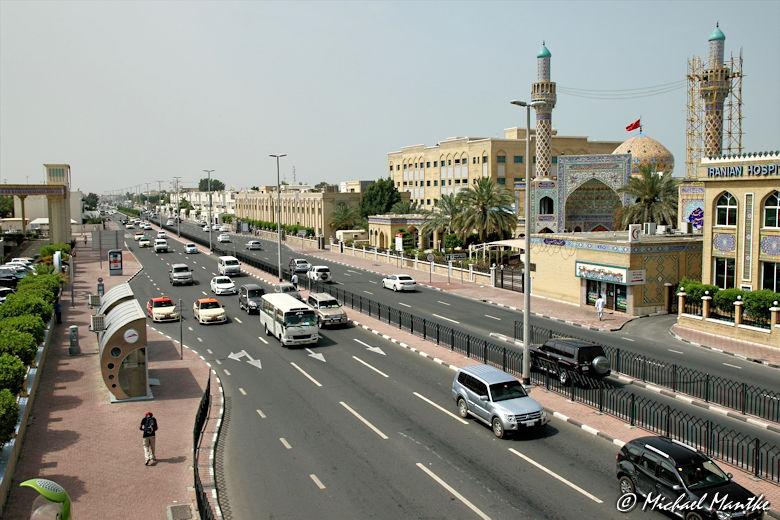 Vielbefahrene Strasse in Dubai auf dem Weg zur Jumeirah Moschee