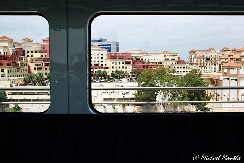 Blick aus der fahrenden Dubai Metro