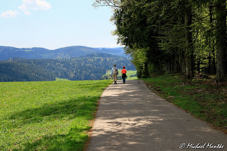 Panoramaweg St. Märgen - Wanderweg mit Wanderer