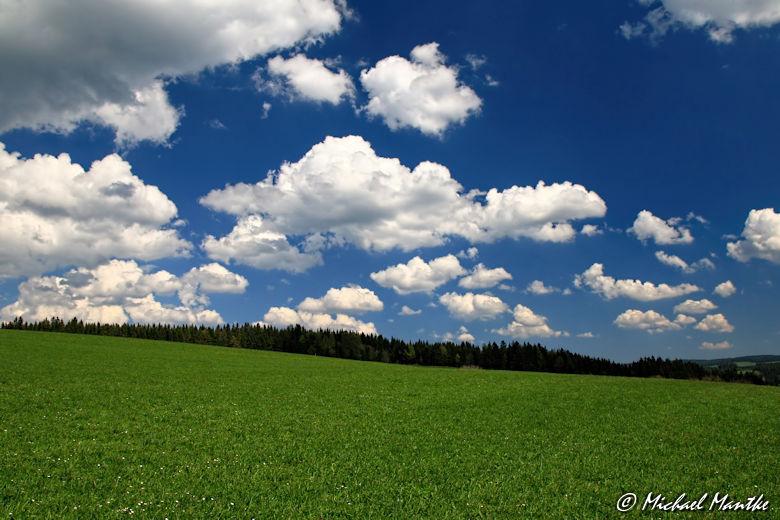 Panoramaweg St. Märgen - Wolken am blauen Himmel über grüner Wiese