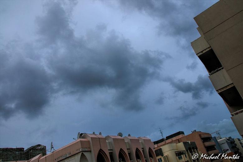 Regenwolken über Dubai am Himmel