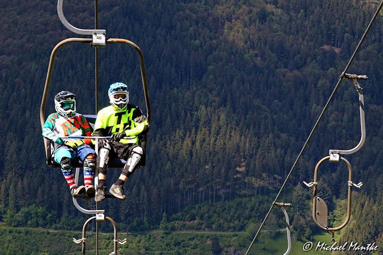 Hasenhorn Rodelbahn Todtnau - Mountainbiker auf Sessellift