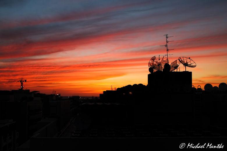 Über den Dächern von Dubai bei Sonnenuntergang