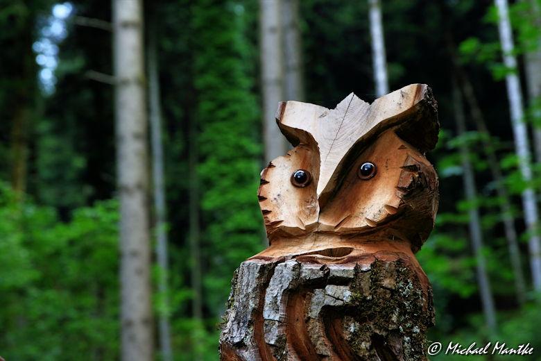 Hahn-und-Henne-Runde Uhu Skulptur