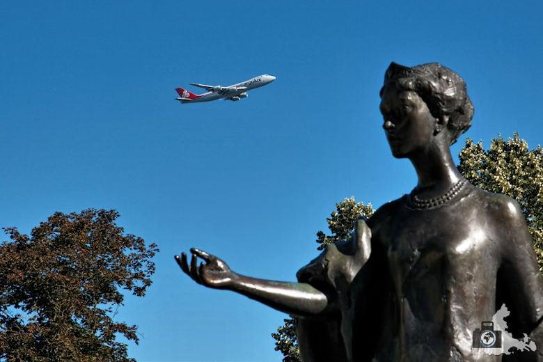 Fotojuwel - Luxemburg Flugzeug fliegt über Skulptur