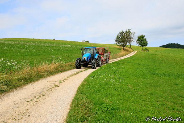 Blauer Traktor auf dem Wanderweg nach Horben