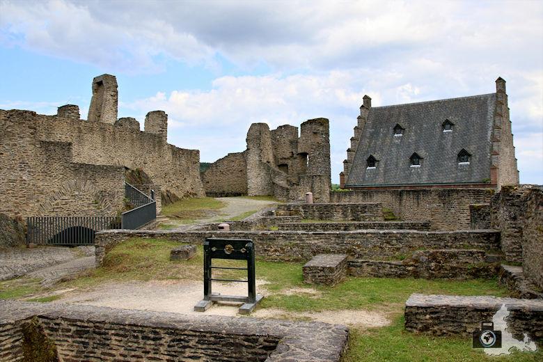Außenanlage der Burg Bourscheid, Luxemburg