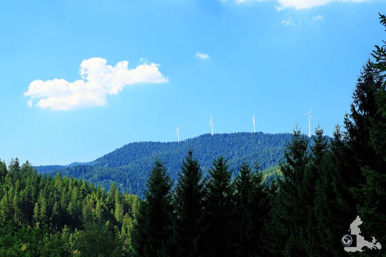 Burgbachwasserfall Wanderung - Schwarzwald Landschaft mit Windrädern