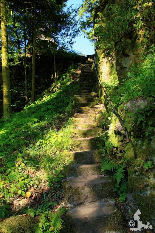 Burgbachwasserfall Wanderung - Aufstieg über Treppe zum Burgbachfelsen