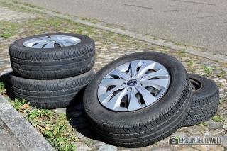 Canon EOS 1300D Beispielbild - Reifen am Straßenrand