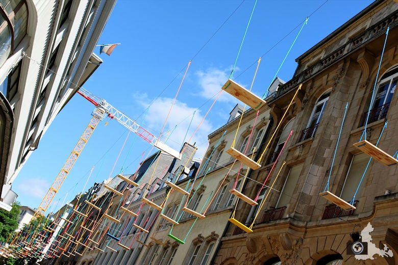 Luxemburg bunte Schaukeln über der Rue Phillippe II
