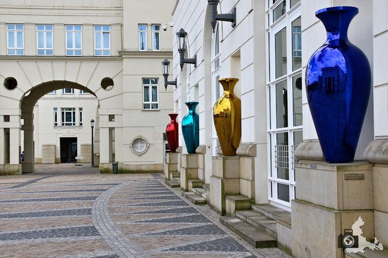 Luxemburg Gerichtsviertel mit Justizpalast und bunten Vasen