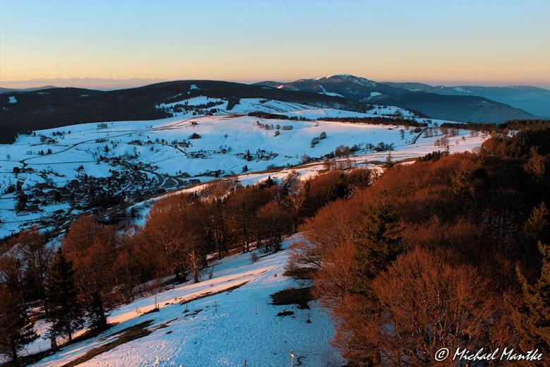 Schauinsland Wintersonne färbt Landschaft