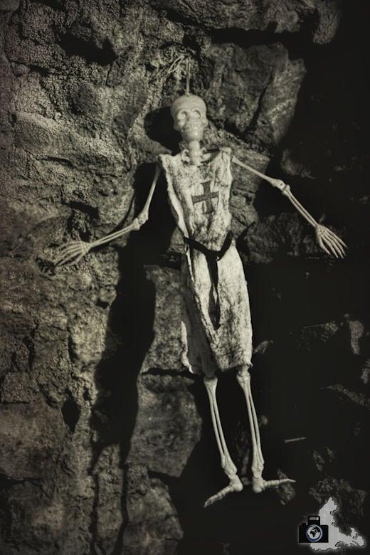 hochburg-ruine-skelett-tunnel
