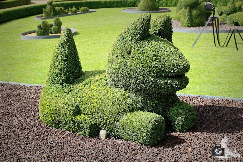 Hund im Skulpturengarten in Durbuy in den Ardennen