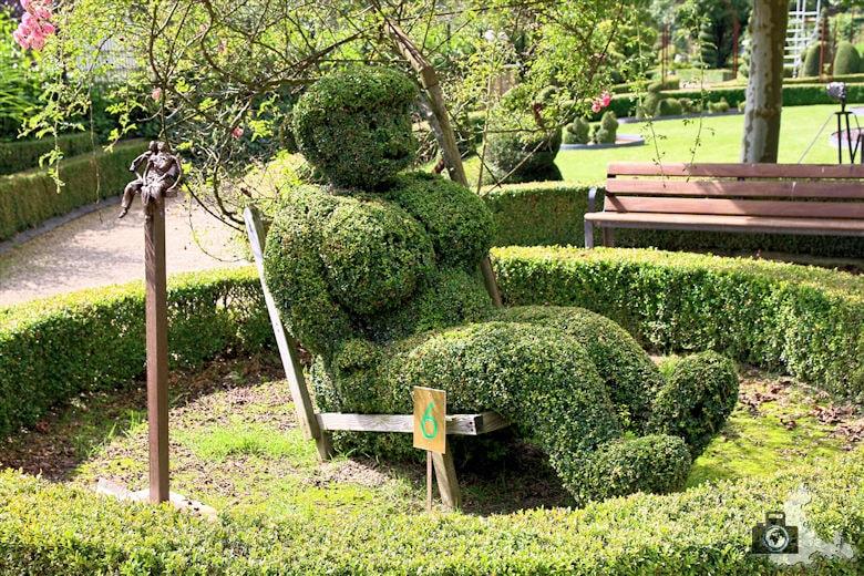 Pamela Anderson im Skulpturengarten in Durbuy in den Ardennen