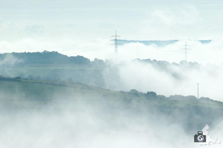Windräder bei Bourscheid unter Wolken und Nebel