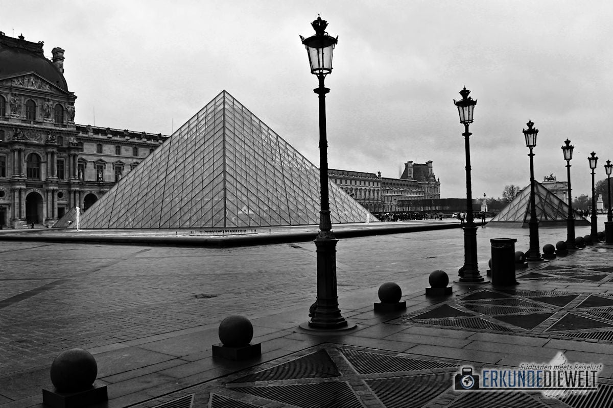 15fra0028-paris-louvre-pyramid
