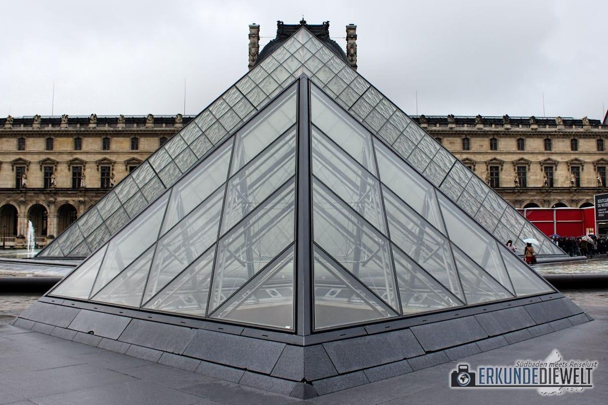15fra0030-paris-louvre-pyramid