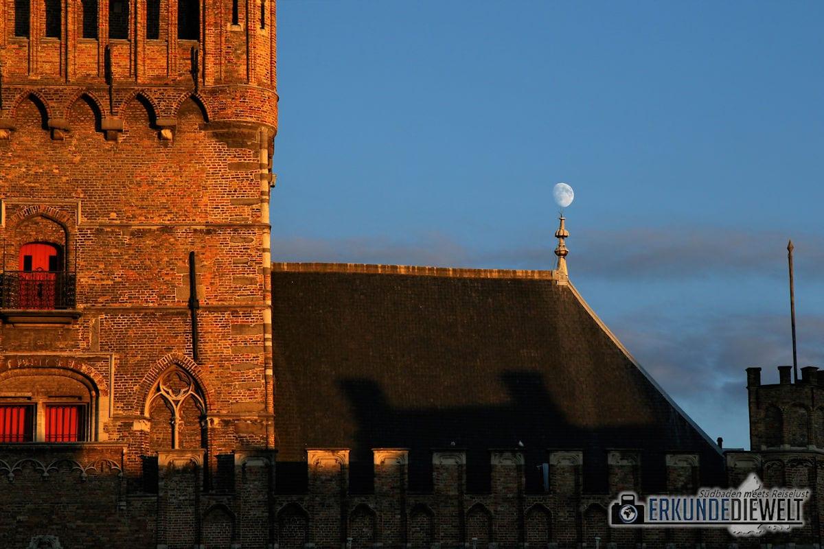 Mond und Abendsonne in Brügge, Belgien
