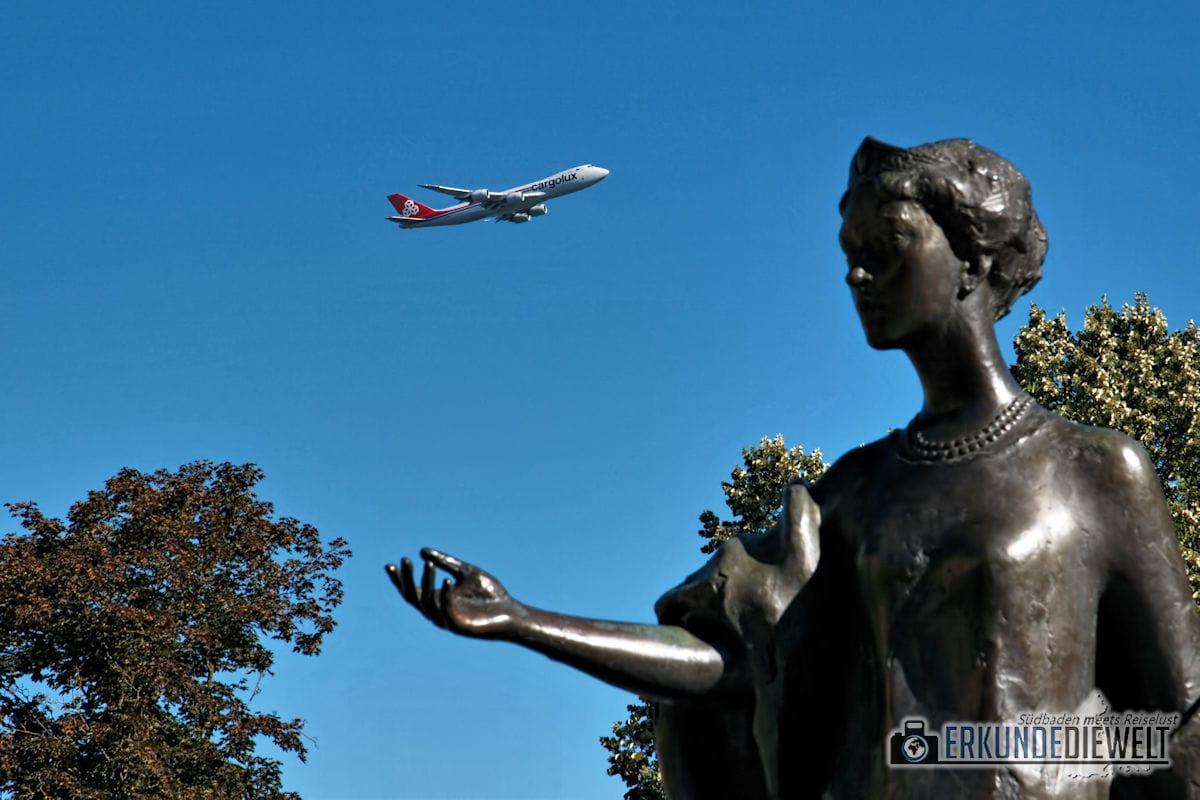 Statue und Flugzeug am Place Guillaume II, Luxemburg Stadt, Luxemburg