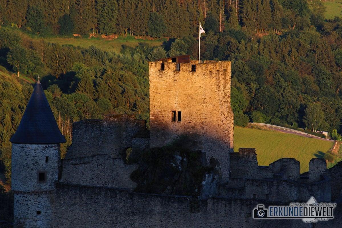 Burg Bourscheid im Licht der Abendsonne, Luxemburg