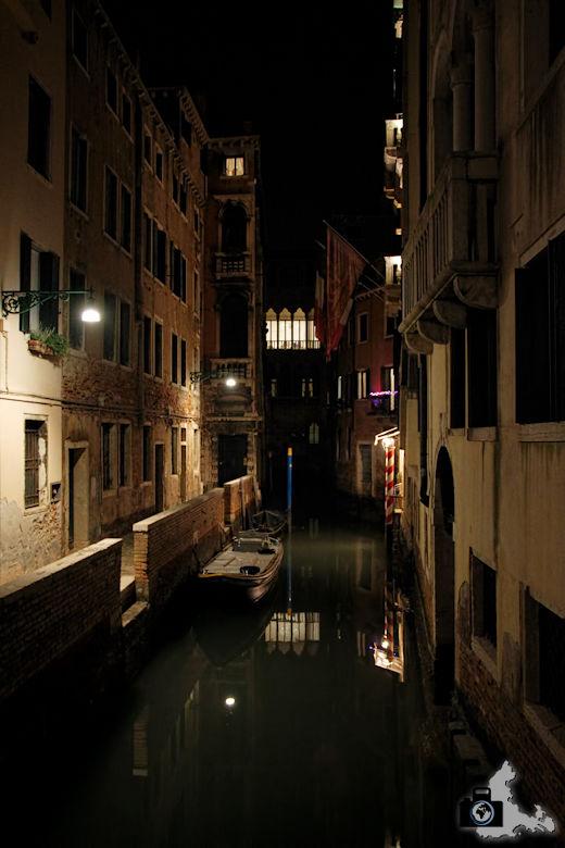 Kanal in Venedig bei Nacht