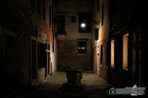 Einsame Gasse bei Nacht, Venedig, Italien