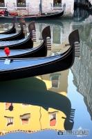 Wasserspiegelung mit Gondeln, Venedig, Italien