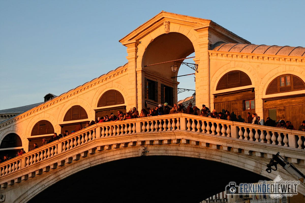 Rialtobrücke im Abendlicht, Venedig, Italien