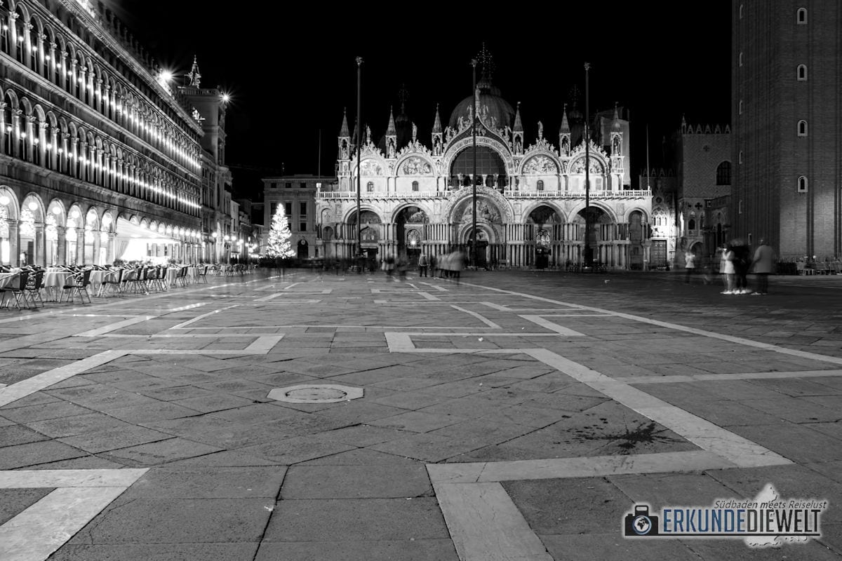 Markusplatz in der Nacht, Venedig, Italien