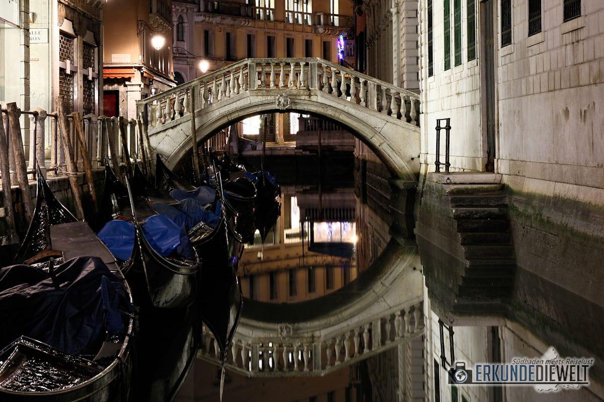 Hübsche Brücke und Gondeln am Kanal in der Nacht, Venedig, Italien