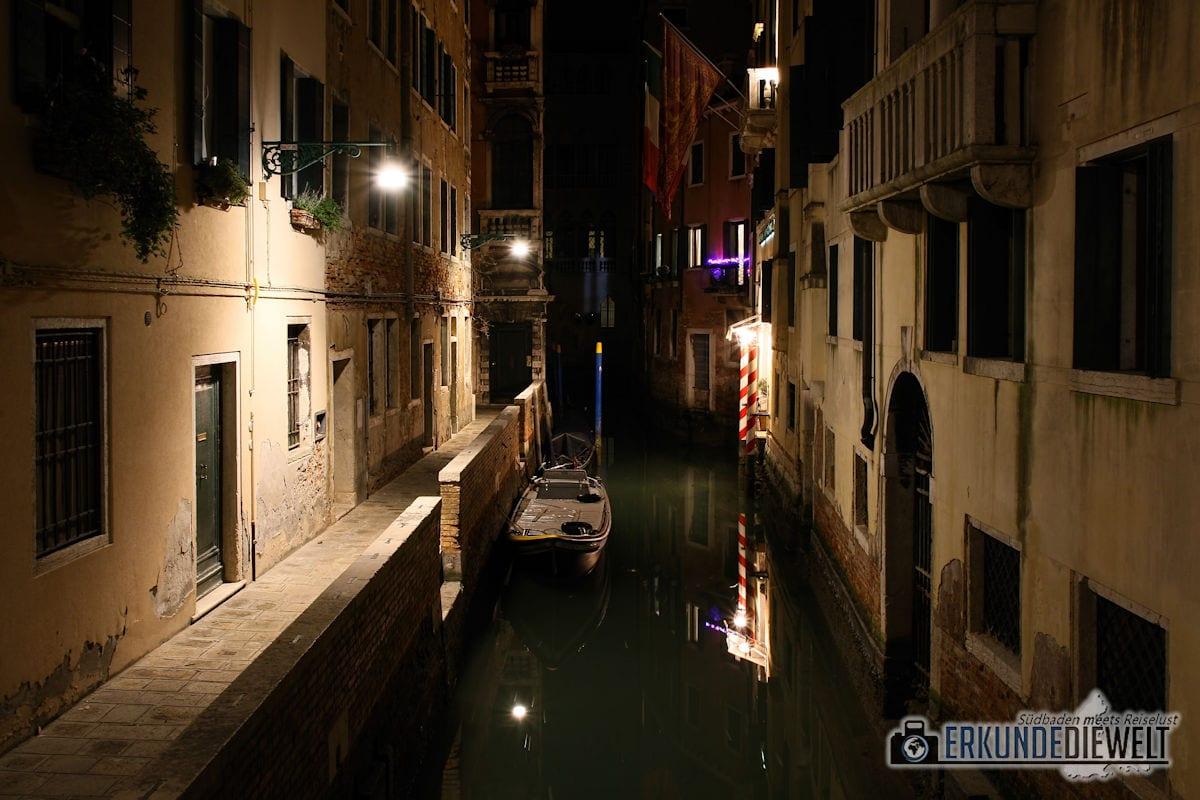 Kanal mit Boot in der Nacht, Venedig, Italien